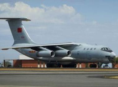 Máy bay quân sự Trung Quốc Ilyushin Il-76 tại căn cứ không quân Pearce ở thành phố Perth, Úc chuẩn bị tham gia tìm kiếm máy bay mất tích