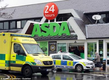 Kinh hoàng người phụ nữ đứng giữa siêu thị đâm vào cổ tự sát