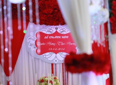 Đám cưới Tuấn Hưng lãng mạn tràn ngập hoa tươi, nến