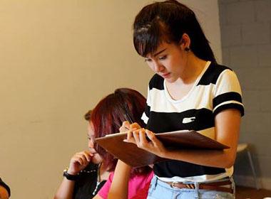 Bà Tưng bất ngờ đi học trở lại sau 1 năm bảo lưu