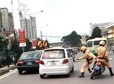 Vị cán bộ thi hành án đã nhấn ga chèn xe qua người CSGT (Ảnh minh họa)