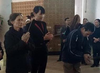 Vợ bác sĩ Nguyễn Mạnh Tường (giữa) tại đám tang chị Huyền.