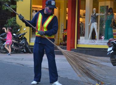 Công nhân Công ty Môi trường đô thị Nha Trang dọn vệ sinh trên đường phố