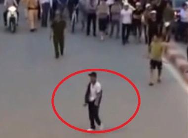 Hình ảnh nam thanh niên có biểu hiện phê thuốc, múa dao ở khu vực Ngã Tư Sở