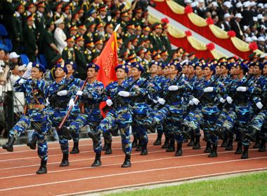 Quân đội hùng dũng trên đường phố Điện Biên