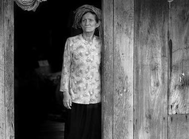 Lặng người với câu chuyện người mẹ già đi bộ hàng trăm dặm thăm con
