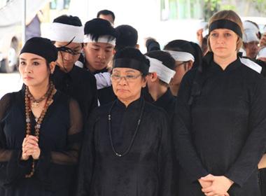 Đám tang nhạc sĩ Thuận Yến: Ca sĩ Thanh Lam cố nén nước mắt tiễn đưa cha