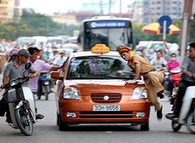 Lái xe taxi hung hãn lao xe chèn qua người trung úy công an