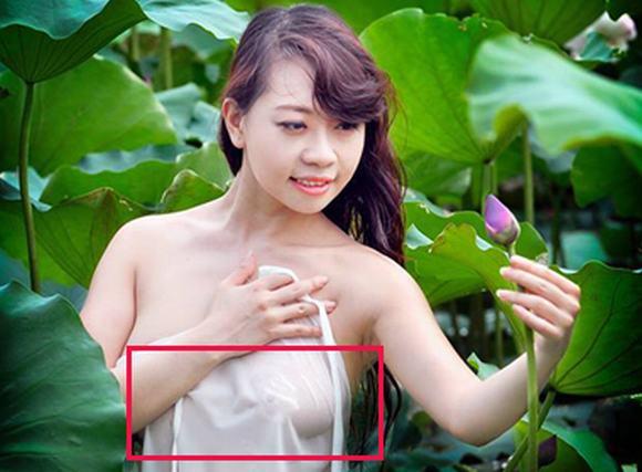 Mỹ nữ 8X thả rông vòng 1 bên hoa sen
