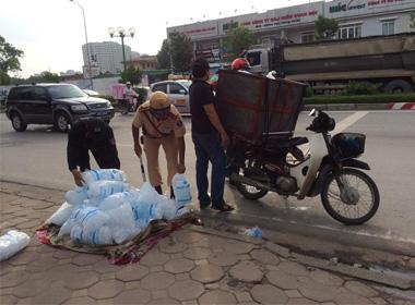 Hà Nội: Cảnh sát 141 giúp đỡ tài xế xe chở đá bị lật giữa trời nắng nóng