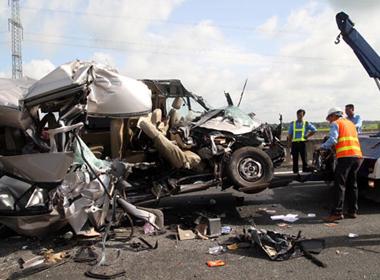 Mẹ nhìn con trai chết thảm trên xe khách bị nạn ở cao tốc