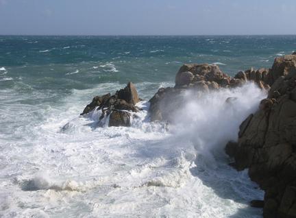 Dự báo thời tiết ngày 23/7: Biển động, mưa giông 'đổ bộ' đất liền