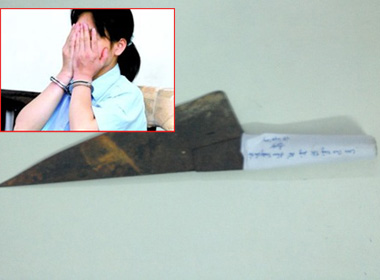 Thiếu nữ 14 tuổi cãi vã, cầm dao bầu giết mẹ