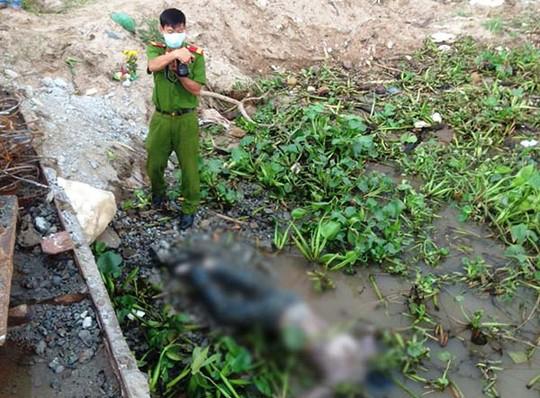 Lực lượng công an tại hiện trường nơi phát hiện tử thi bị trói 2 chân trôi sông