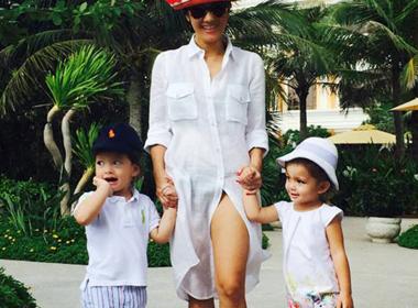 Diva Hồng Nhung hạnh phúc dắt tay hai thiên thần nhỏ