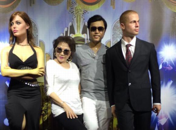 Vũ Hoàng Việt cùng bồ già chụp ảnh cùng 'vợ chồng Brad Pitt'