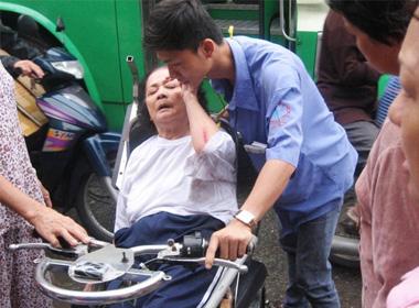 Xe buýt Sài Gòn tông cụ bà 70 tuổi đi xe lăn bất tỉnh