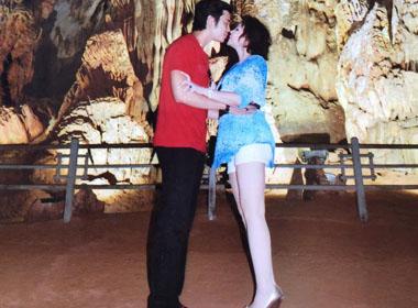 Vũ Hoàng Việt dành nụ hôn kỷ niệm 2 năm cho Yvonne trong động Phong Nha
