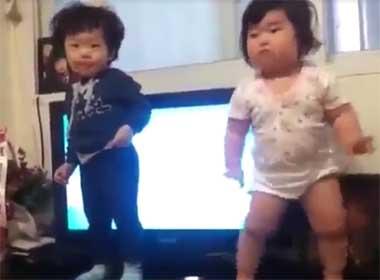 Video hai em bé Hàn Quốc nhảy siêu đáng yêu