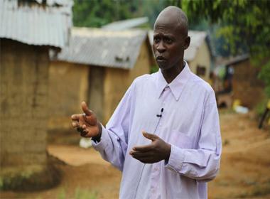Thoát khỏi dịch bệnh Ebola nhưng bị người làng xa lánh