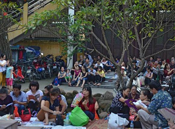 Hàng nghìn người ngồi kín đường dự lễ Vu lan chùa Phúc Khánh