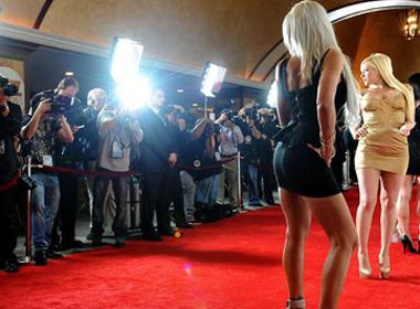 Các hãng phim 'người lớn' Mỹ suy sụp vì lệnh bắt dùng BCS