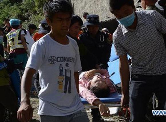 Xe du lịch Trung Quốc lao xuống thung lũng, 44 người tử nạn