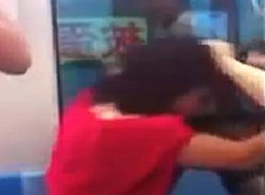 Clip 3 cô gái đánh nhau vì giành chỗ trên xe buýt