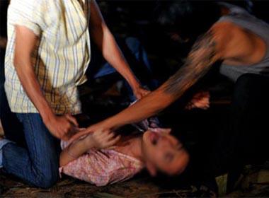 Bắt quả tang 2 gã thợ hồ cùng hiếp dâm bé gái 14 tuổi