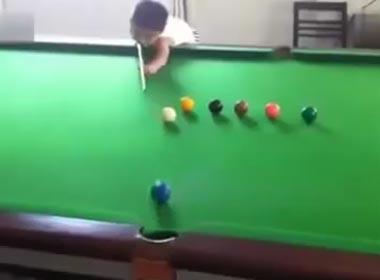 Video thần đồng bi-a 3 tuổi