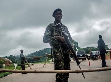 Tây Phi: Đối phó Ebola bằng hàng rào, súng đạn