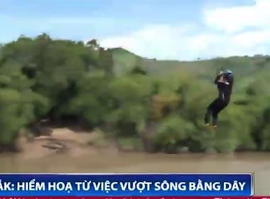 Video hãi hùng cảnh người dân đu dây vượt sông dữ