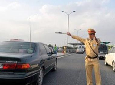 Nhiều ô tô đã chèn qua thi thể nạn nhân trên cao tốc