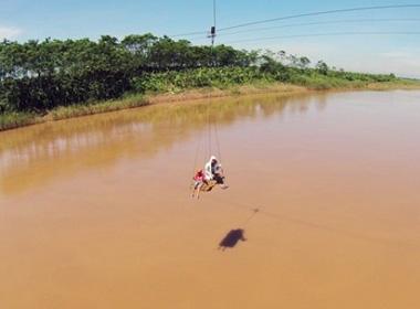 Clip: Dân Thủ đô tự chế cáp treo mạo hiểm qua sông