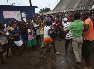 Cuộc sống kinh hoàng bên trong vùng có dịch Ebola