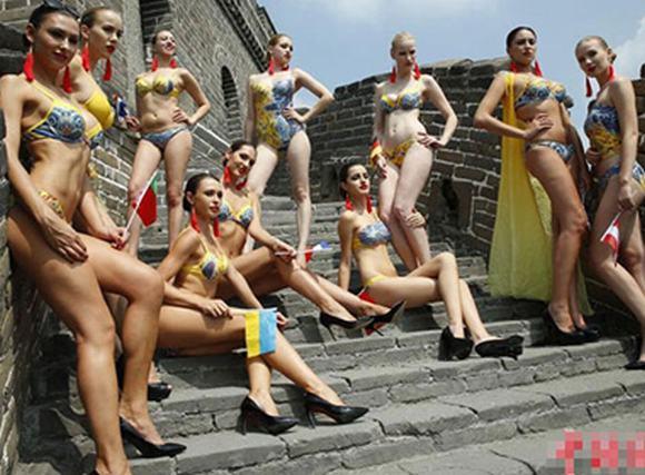 Thí sinh 'Người mẫu bikini toàn cầu' thả dáng ở Vạn Lý Trường Thành