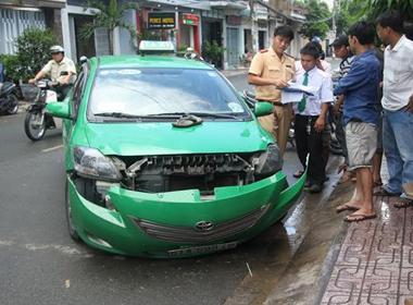 Tài xế taxi ngủ gật đâm 2 xe máy, 3 người bị thương