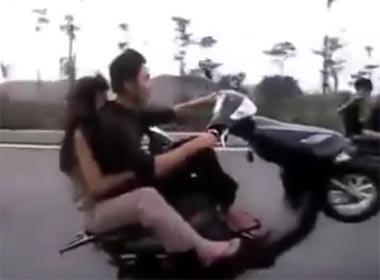 Xôn xao clip chàng trai bốc đầu chở người yêu