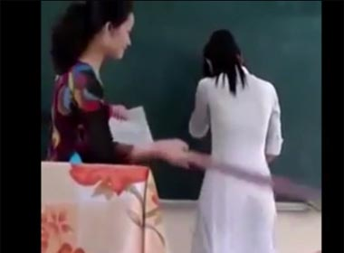 Clip xôn xao cô giáo dùng thước đánh học sinh