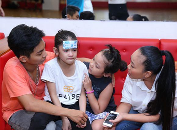 Bước nhảy hoàn vũ nhí 2014: Đoan Trang lo lắng cho thí sinh bị sốt cao
