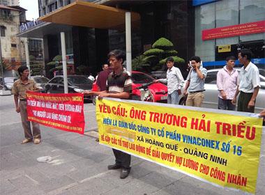 Công nhân căng biểu ngữ trước cổng doanh nghiệp đòi lương