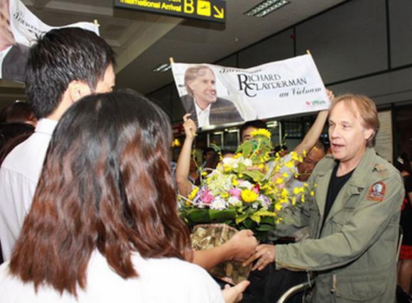 Richard Clayderman giản dị khi đến sân bay Nội Bài