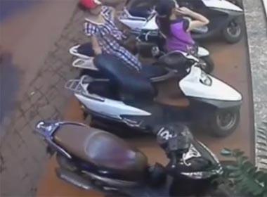 Video nữ quái cạy cốp xe cuỗm túi xách trong nháy mắt