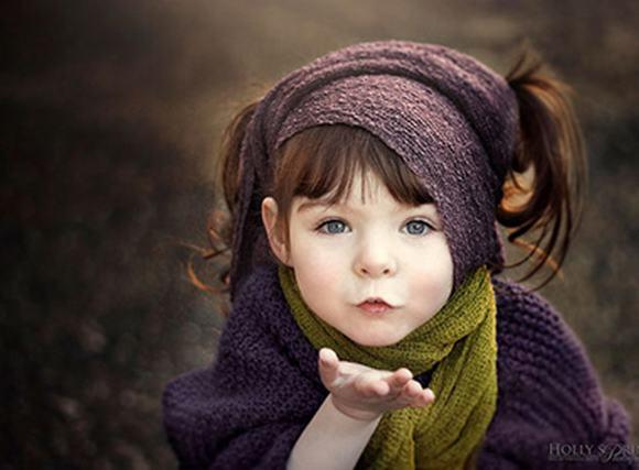 Bé gái một tay xinh đẹp qua lăng kính người mẹ