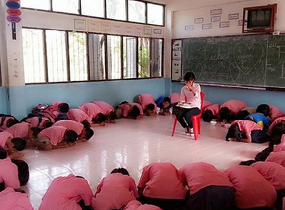 Cô giáo, đừng về Việt Nam! 'Teacher, don't go Vietnam!'