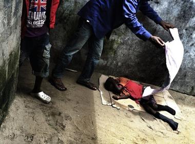 Dịch Ebola: Bé trai nhiễm bệnh bị lột trần, đẩy ra đường đã qua đời