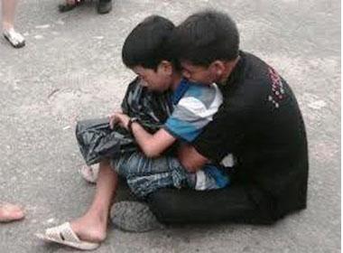 Cháu bé khóc ngất ôm di ảnh mẹ bán vé số gặp tai nạn
