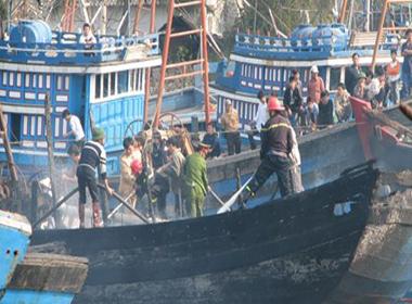 Tàu chở dầu phát nổ, nhiều người thương vong