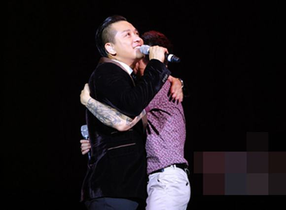 Khắc Việt ôm chặt Tuấn Hưng khóc nức nở trong 'Yêu'