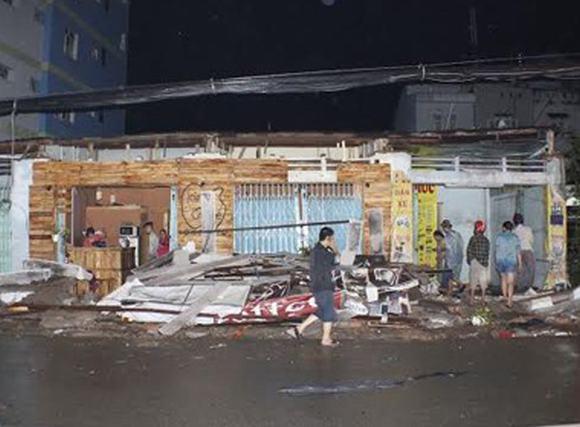 TP HCM: Gió lớn giật đổ mái 4 ki ốt